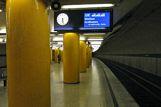 Neuer Zugzielanzeiger an der Poccistraße