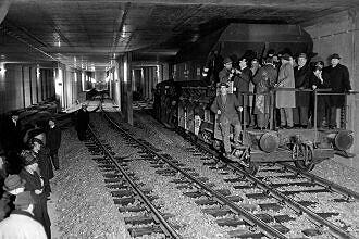 Pressefahrt im bereits fertiggestellten Tunnelabschnitt an der Alten Heide Februar 1967