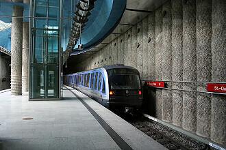 U-Bahnhof St.-Quirin-Platz mit ausfahrendem C-Zug