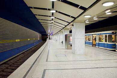 U-Bahnhof Arabellapark mit wartendem A-Wagen