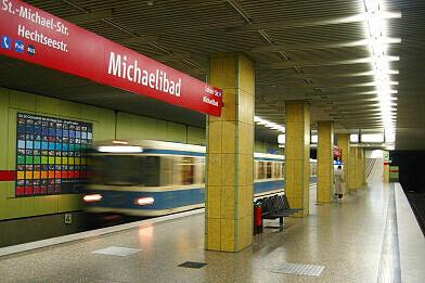 Einfahrender A-Wagen im U-Bahnhof Michaelibad
