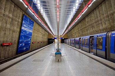 Wartender C-Zug im U-Bahnhof Mangfallplatz