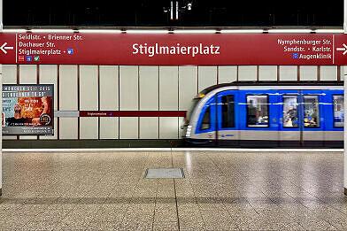 U-Bahnhof Stiglmaierplatz mit einfahrendem A-Wagen