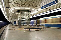 U-Bahnhof Brudermühlstraße mit einfahrendem A-Wagen
