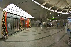 """Eingang  zum Einkaufszentrum """"mira"""" im U-Bahnhof Dülferstraße"""