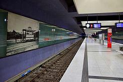 Hintergleiswände mit historischem Bezug im U-Bahnhof Gern