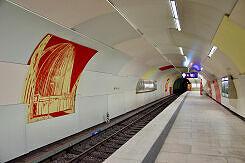 Einfahrender C-Zug im U-Bahnhof Garching