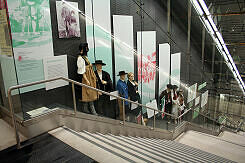 Ausstellungsvitrinen am Treppenaufgang zum Schererhaus