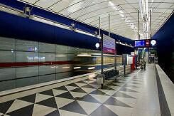 U-Bahnhof Hasenbergl mit eingefahrenem C-Zug