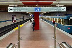 Gerade angekommener A-Wagen im U-Bahnhof Harras