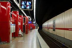 Ausfahrender C-Zug im U-Bahnhof Hohenzollernplatz