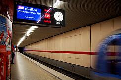 Einfahrender C-Zug im U-Bahnhof Hohenzollernplatz