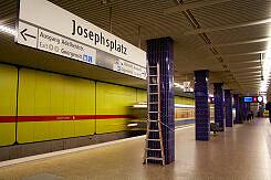 Einfahrender A-Wagen im U-Bahnhof Josephsplatz