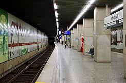 Einfahrender B-Wagen im U-Bahnhof Königsplatz
