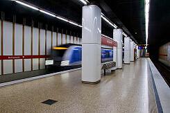 Ausfahrender C-Zug im U-Bahnhof Maillingerstraße