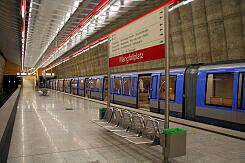 U-Bahnhof Mangfallplatz mit wartendem C-Zug