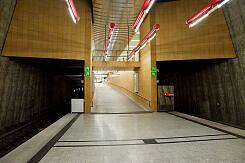 U-Bahnhof Mangfallplatz, Rampe hoch zum namensgebenden Platz