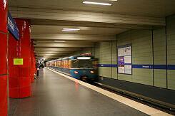 U-Bahnhof Odeonsplatz mit ausfahrendem A-Wagen