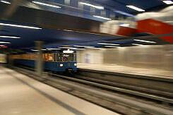 Einfahrender A-Wagen im U-Bahnhof Olympia-Einkaufszentrum