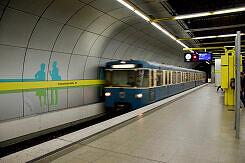 Einfahrender A-Wagen im U-Bahnhof Schwanthalerhöhe