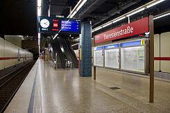 Einfahrender A-Wagen im U-Bahnhof Theresienstraße