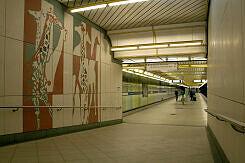 Rampe zum Bahnsteig im U-Bahnhof Thalkirchen