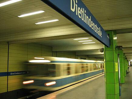 Einfahrender A-Zug im Bahnhof Dietlindenstraße