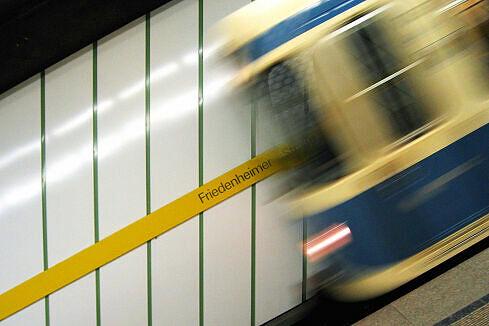 Einfahrender A-Wagen im Bahnhof Friedenheimer Straße