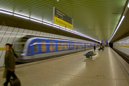 Friedenheimer Straße mit einfahrendem C-Zug