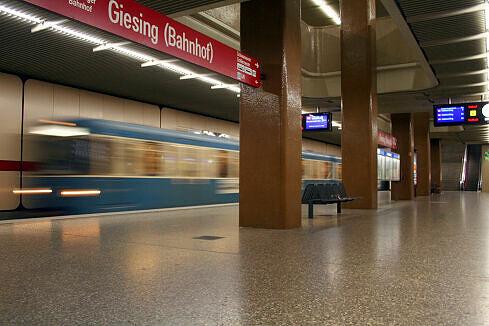 Einfahrender A-Wagen in Giesing (Bahnhof)