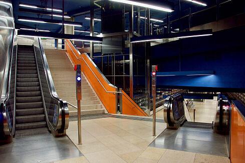 Zwischengeschoss zwischen den beiden Bahnsteigen am Olympia-Einkaufszentrum