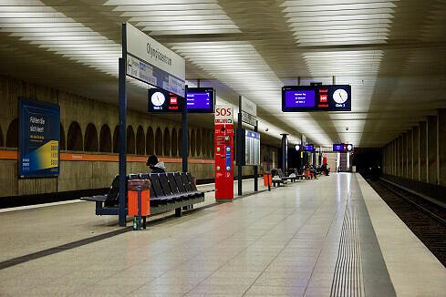 Gleis 2/4 am Olympiazentrum mit wartendem B-Wagen an Gleis 3