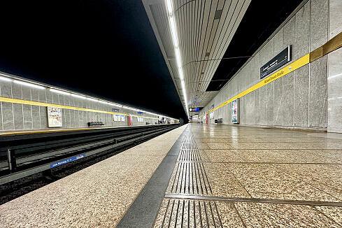 Richard-Strauss-Straße mit aus Gleis 2 ausfahrendem A-Wagen
