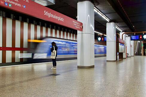 Blick vom westlichen Zugang auf den Bahnsteig des U-Bahnhofs Stiglmaierplatz