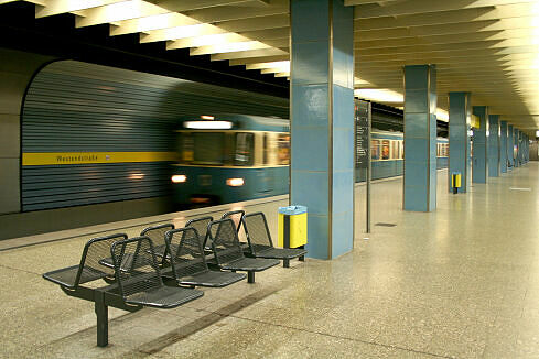 Einfahrender A-Wagen im U-Bahnhof Westendstraße