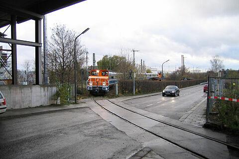 Akkulok mit Wagen 103 und 104 auf dem Verbindungsgleis U-Bahn - DB auf der Rückfahrt von Nürnberg