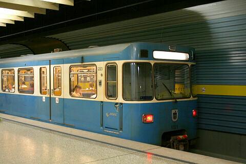 A-Wagen 323 im U-Bahnhof Westendstraße