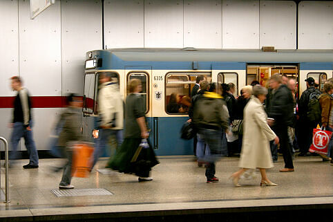 A-Wagen 335 am Hauptbahnhof