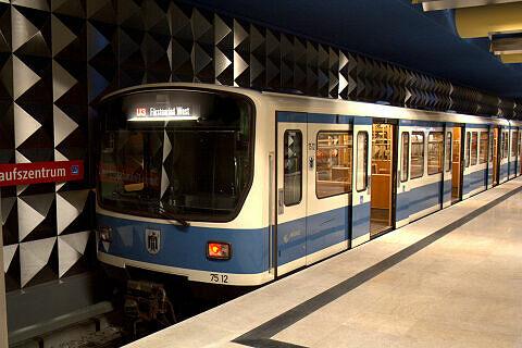 B-Wagen 512 im U-Bahnhof Olympia-Einkaufszentrum