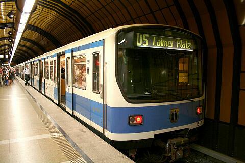 B-Wagen 566 im U-Bahnhof Theresienwiese