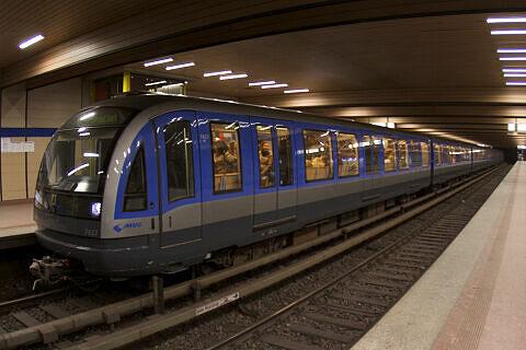 C-Zug 617 im U-Bahnhof Implerstraße