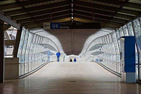 Südlicher Fußgängersteg zum U-Bahnhof Fröttmaning