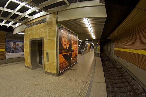 Lift am Heimeranplatz, im Hintergrund östlicher Bahnsteigzugang