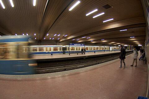 Einfahrender Zug an Gleis 1 der Implerstraße