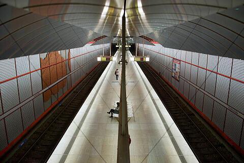 Blick vom Zwischengeschoss auf den U-Bahnhof Kreillerstraße