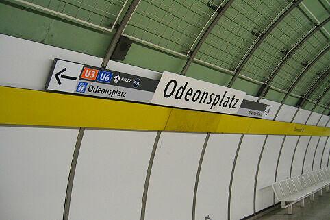 Leitsystem Odeonsplatz - Wegweiser U4/5-Bahnsteig neu mit Bahnhofsnamen