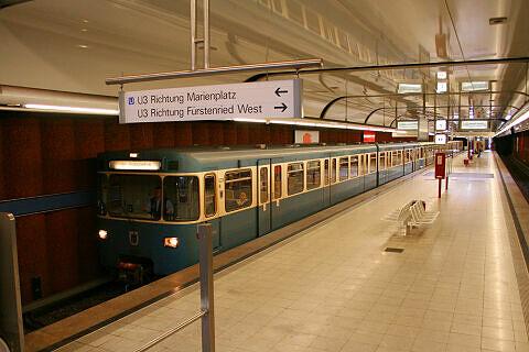 Gerade eingefahrener A-Wagen im Bahnhof Machtlfinger Straße