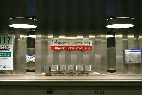 Sitzgruppe am Olympia-Einkaufszentrum mit alter Bahnsteigbeschriftung