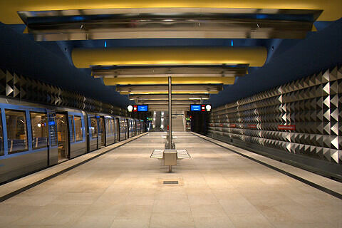 Olympia-Einkaufszentrum (U3), links der Eröffnungszug