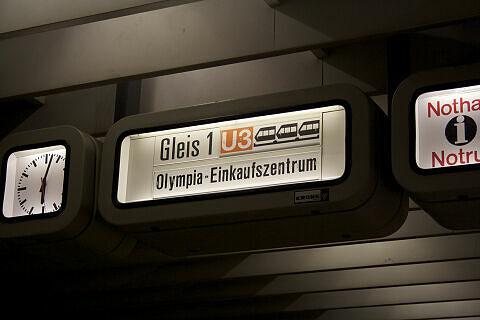 Zugzielanzeiger im Bahnhof Olympiazentrum